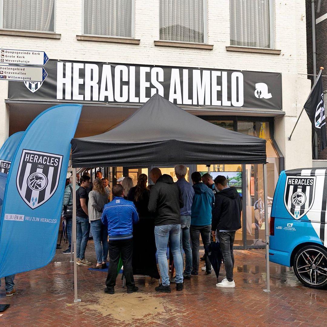 De #popupwinkel van @HeraclesAlmelo is geopend. Deze tijdelijke winkel is gevestigd op de hoek van de Passage en is geopend in de zomermaanden. In de #popup zijn shirts, fanartikelen en wedstrijdkaarten van Heracles Almelo te koop.⠀ ⠀ https://www.heracles.nl/2019/07/12/pop-up-winkel-officieel-geopend/⠀ ⠀ #popupstore #popupshop #popstores #almelo #heracles #popupalmelo